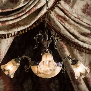Klasyczne żyrandole do salon. Model: Clotilde. Fot. Britop Lighting