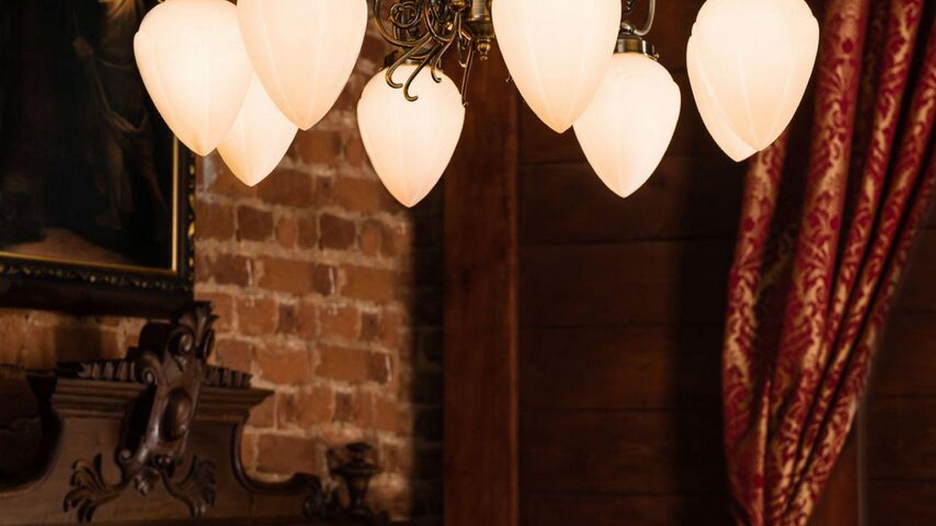 Klasyczne żyrandole do salon. Model: Bossa. Fot. Britop Lighting
