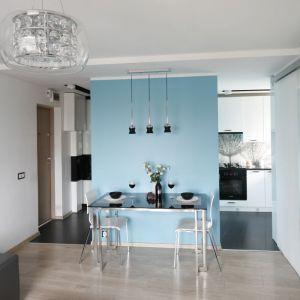 Mimo niewielkich rozmiarów oraz ograniczonej ilości światła dziennego mieszkanie tego rodzaju może zachwycać klimatem. Naturalnym rozwiązaniem, które powiększy przestrzeń będzie połączenie kuchni z salonem. Projekt: Marta Kilan. Fot. Bartosz Jarosz