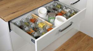 Szuflady w kuchni to rozwiązanie idealne. Pozwalają maksymalnie wykorzystać przestrzeń dolnych szafek, a jednocześnie gwarantują bezproblemowy dostęp do wszystkich przechowywanych produktów.