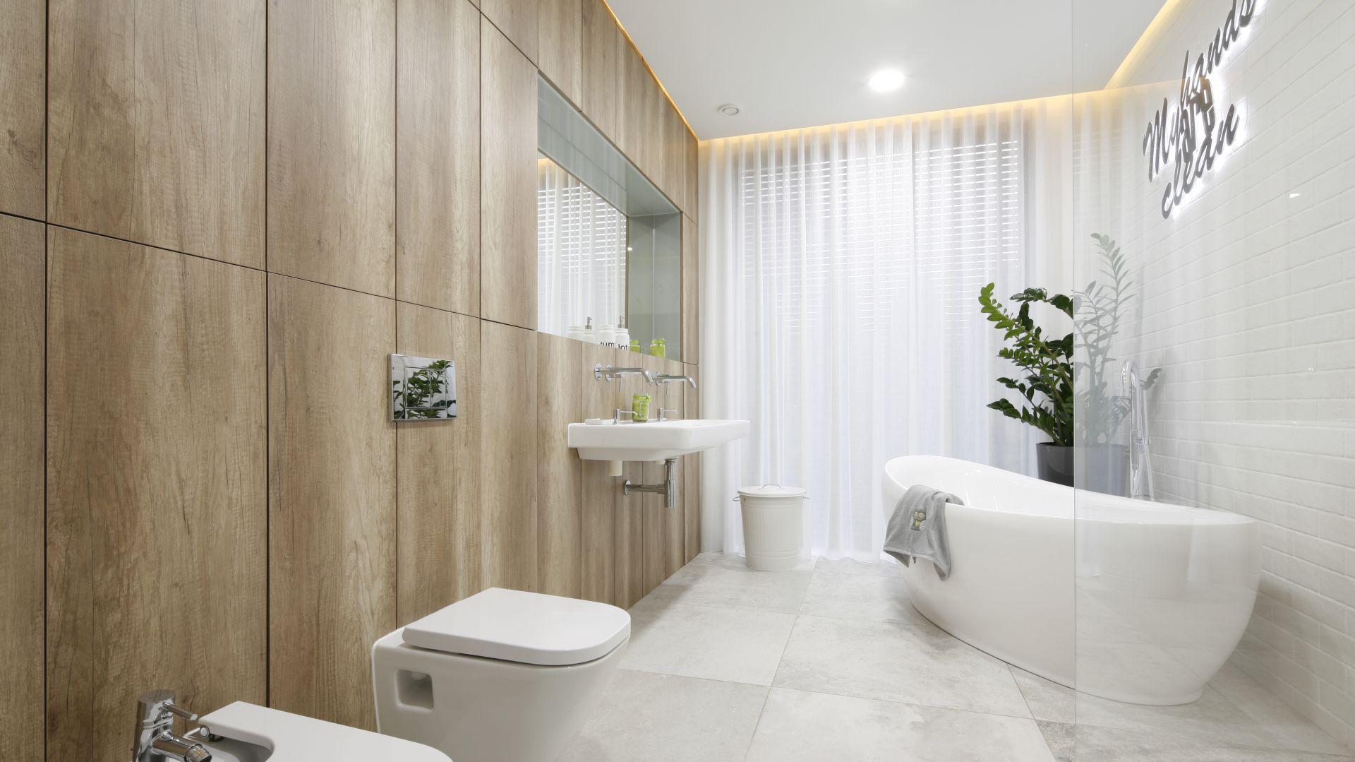 Tłem dla wyposażenia łazienki są duże powierzchnie wykończone różnymi materiałami o zróżnicowanej fakturze. Projekt: Dariusz Grabowski. Fot. Bartosz Jarosz