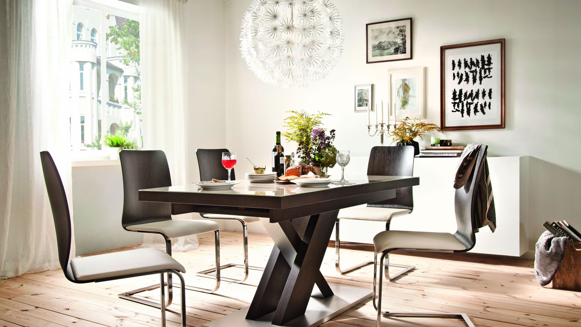 Stół z kolekcji New York ma skrzyżowane nogi. Fot. Paged