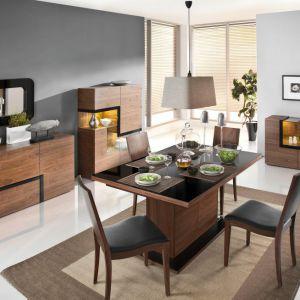 Jadalnia Catania marki Paged Meble to nowoczesna propozycja do wnętrz. Ciekawym elementem są geometryczne kształty mebli, ale też stół na masywnej nodze wykończony połyskującym blatem. Fot. Paged