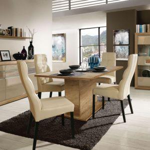 Dębowy dekor stołu Tiziano zachwyca pięknymi rysunkami drewna, zaś cienki blat usytuowany na masywnej nodze sprawia, że jadalnia nabiera nowoczesnego wyglądu. Fot. Forte