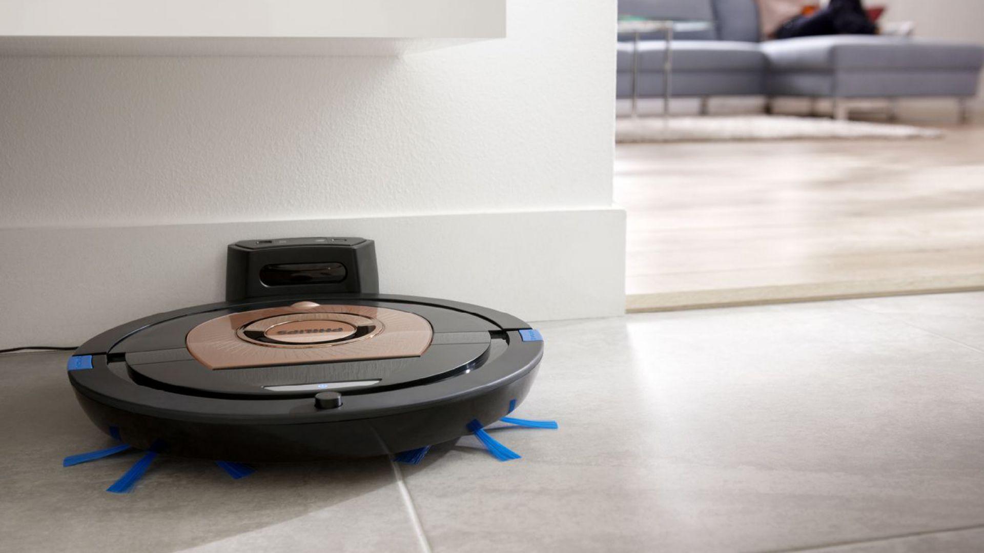 Odkurzacze automatyczne poznają otoczenie i wybierają optymalną strategię czyszczenia, która umożliwia jak najszybsze posprzątanie domu. Fot. Philips