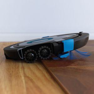 Nowe odkurzacze SmartPro Compact są wyposażone w 4-kołowy system jazdy, co ułatwia pokonywanie progów, podczas gdy tradycyjne odkurzacze mają zaledwie 2 koła. Fot. Philips