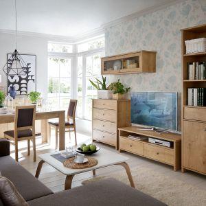 Kolekcja Porto wyróżnia się prostą formą i naturalnym wybarwieniem drewna. Fot. Black Red White