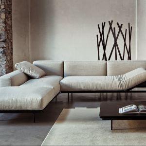 Narożnik Sit Up to doskonała pozycja dla lubiących odpoczywać na kanapie. Nie dość, że jest długi i ma miękkie siedzisko, to na dodatek może się ono podnosić do góry. Fot. Square Space