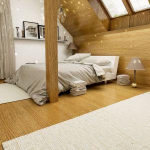 W sypialni dominuje drewno i neutralna biel, co pozwoli na komfortowy wypoczynek. Fot. Dom dla Ciebie Pracownia  Projektowa Archeco