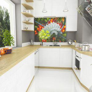 """W białej, nowoczesnej kuchni strefę robocza zaprojektowano na planie litery """"U"""". Ciekawym elementem dekoracji jest barwna fototapeta z efektem głębi. Fot. Dom dla Ciebie Pracownia  Projektowa Archeco"""