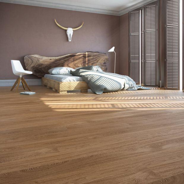 Aranżacja sypialni. Postaw na drewnianą podłogę
