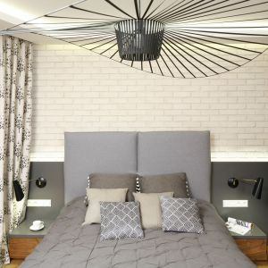 Sypialnia dzięki zastosowaniu koloru grafitu, orzecha francuskiego i kremowej cegły prezentuje się nowocześnie, ale ma również ciepły klimat. Projekt: Agnieszka Hajdas-Obajtek. Fot. Bartosz Jarosz