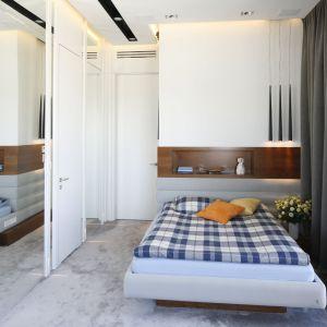 Lustro w sypialni optycznie powiększy małą przestrzeń. Idealnie jest zamontować je na drzwiach szafy. Projekt:  Monika i Adam Bronikowscy. Fot. Bartosz Jarosz