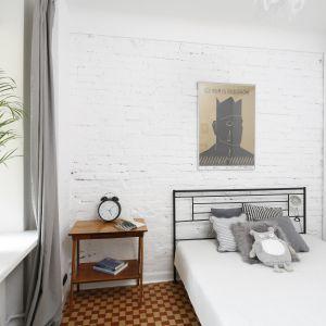 Ściana z cegły pomalowana na biało prezentuje się świeżo i nadaje wnętrzu industrialny akcent. Projekt: Ewelina Pik, Maria Biegańska. Fot. Bartosz Jarosz