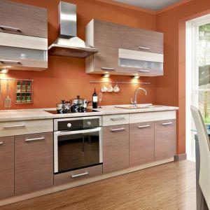 Kuchnia inspirowana rysunkiem drewna z drzew owocowych: grusza i modrzew. Fot. KAM Kuchnie