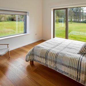 Wybierając okna do sypialni warto pomyśleć o rozwiązaniach, które zwiększają komfort wypoczynku. Fot. Sokółka Okna i Drzwi