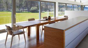 Każde pomieszczenie w domu pełni odmienną rolę. Warto zatem dostosować rozmiar, rozmieszczenie i wyposażenie okien do poszczególnych wnętrz. Zapewni to optymalne doświetlenie i komfort użytkowania.