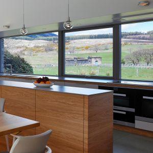 Praktycznym rozwiązaniem w kuchni są okna panoramiczne z parapetem na wysokości ok. 105-110 cm od podłogi. Fot. Sokółka Okna i Drzwi