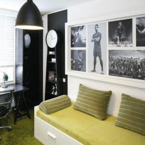 Pokój młodzieżowy można urządzić ze smakiem. Tu główną rolę grają czarno-białe fotografie z ulubionymi piłkarzami. Projekt: Małgorzata Mazur. Fot. Bartosz Jarosz