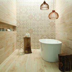 Aranżacja łazienki za pomocą płytek z rysunkiem drewna. Płytki z kolekcji Korzilius Wood Land Beige. Fot. Tubądzin