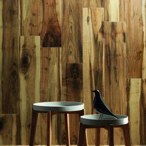 Aranżacja łazienki za pomocą płytek z rysunkiem drewna.  Płytki z kolekcji Korzilius Wood Land Brown. Fot. Tubądzin