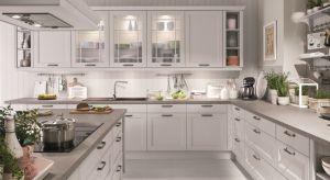 Meble w kuchni w stylu klasycznym całkowicie odbiegają od popularnego teraz minimalizmu – wręcz przeciwnie, są one bogato zdobione, masywne i mają oryginalny kształt. Zobaczcie nasze przykłady.