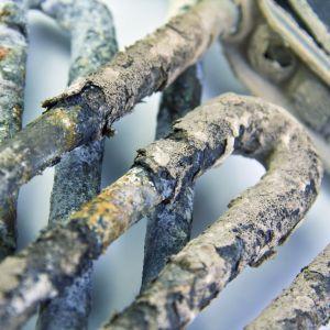 Twarda woda skutkuje częstszymi naprawami sprzętów AGD, np. pralki oraz zwiększa wydatki na ogrzewanie. Fot. Fotolia