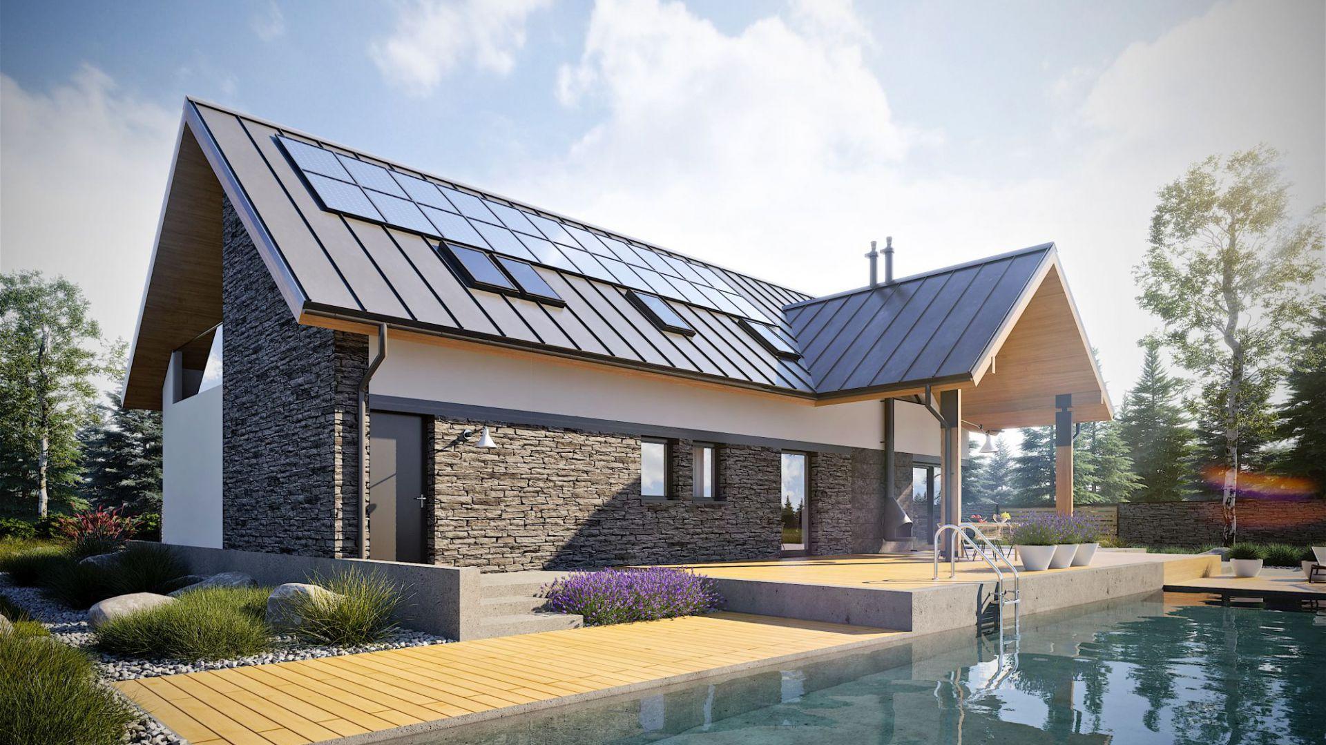 Kamień i drewno zdobiące fasadę budynku są niczym dotyk natury, integrujący dom z jego naturalnym otoczeniem. Dom Nikolas II G2 Energo Plus. Projekt: arch. Artur Wójciak. Fot. Pracownia Projektowa Archipelag