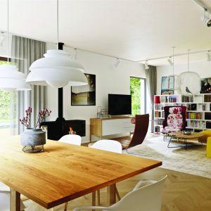 Jedną z najatrakcyjniejszych części projektu jest rodzinna przestrzeń wypoczynkowa. Do dyspozycji domowników jest sporych rozmiarów salon, który dzięki szerokim przeszkleniom harmonijnie łączy się z ogrodem. Dom Nikolas II G2 Energo Plus. Projekt: arch. Artur Wójciak. Fot. Pracownia Projektowa Archipelag