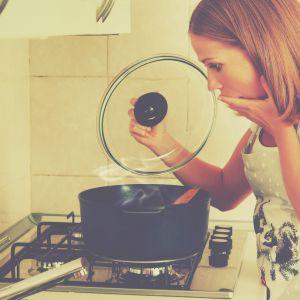 Przypalone garnki nie koniecznie muszą być do wyrzucenia. Można je umyć środkami, które w kuchni zawsze są dostępne. Fot. Vileda