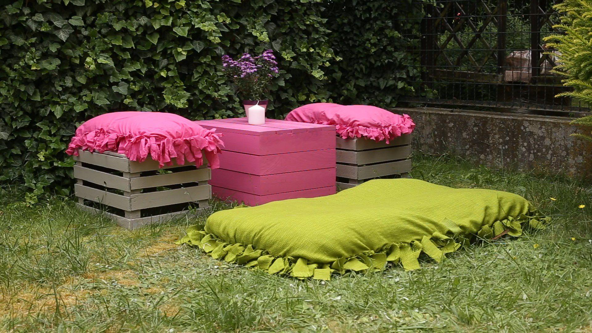 Poduszki przydadzą się do siedzenia w ogrodzie. Fot. Viva Garden