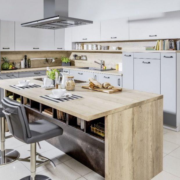 Meble do kuchni: drewno połączone z szarościami