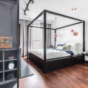 Łóżko z wysoką ramą będzie główną atrakcją w sypialni. Projekt: Joanna Węgłowska, Wioletta Cieślik. Fot. Pion i Poziom