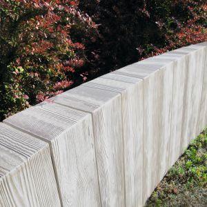 Palisada w tym samym wzorze jest idealnym dopełnieniem kolekcji płyt o strukturze drewna. Fot. Libet