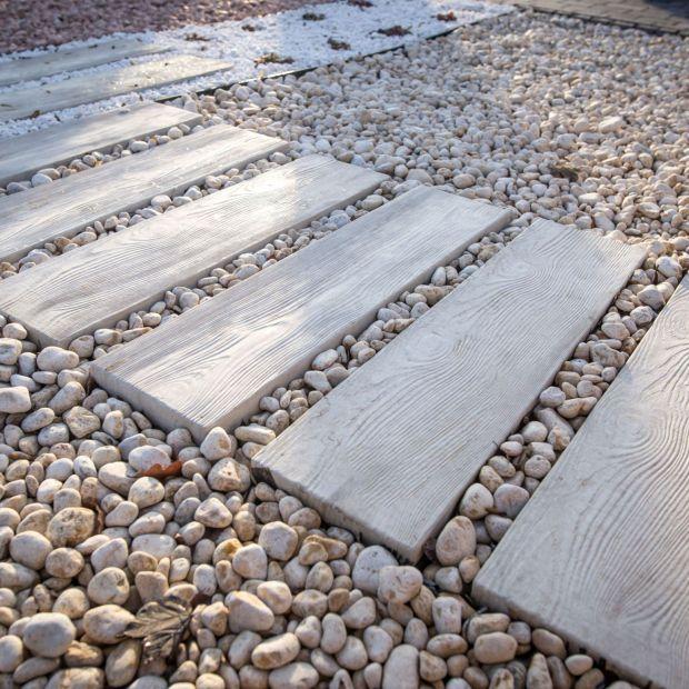 Aranżacja ścieżek w ogrodzie: płyty betonowe jak drewno