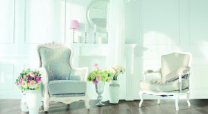 Wystrój mieszkania w stylu angielskim jest zarazem elegancki i przytulny. Okazała kanapa w salonie, piękny kredens - i to wszystko ustawione na pięknej drewnianej podłodze - to najważniejsze elementy wiktoriańskiego mieszkania.