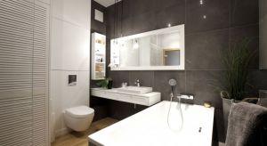 70-metrowe mieszkanie na Wilanowie zyskało elegancką szarą łazienkę, po tym jak jego projektu podjęli się architekci z pracowni Soma Architekci.