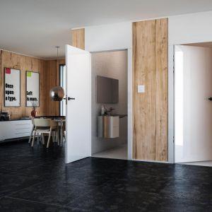 Aranżacja z drzwiami Płaskie bezprzylgowe w okleinie z kolekcji Glossa white glossa oraz z drzwiami z odwrotną przylgą, wersja z podwyższonymi opaskami. Fot. Inter Door