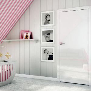 Aranżacja z drzwiami Płaskie Akustik w okleinie z kolekcji white glossa. Fot. Inter Door