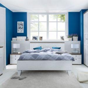 Sypialnia Stockholm to kolekcja dla miłośników jasnych wnętrz. Bielone fronty oraz ciemne blaty z dekorem drewna doskonale oddają skandynawską stylistykę mebli. Fot. Black Red White
