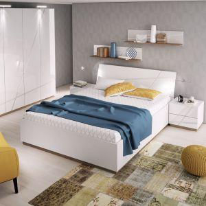 Kolekcja mebli Futura ożywi wnętrze sypialni. Białe meble warto połączyć z dodatkami w soczystych kolorach, np. żółtym lub niebieskim. Fot. Agata S.A.