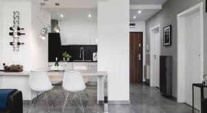 Nowoczesne mieszkanieurządzono w ponadczasowym zestawieniuczerni i bieli. Zobacz piękny projekt wnętrza.