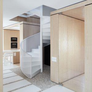 Piękne wnętrze utrzymane w bieli, ocieplone drewnem. Projekt i zdjęcia: pracownia 81.waw.pl