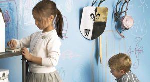 Wnętrzarskie dekoracje mogą wspierać dziecko w edukacji. Malowanie po ścianach? Zawieszanie obrazków bez konieczności wbijania gwoździ, klejenia czy przypinania pinezek? To wszystko jest możliwe! <br /><br /><br />