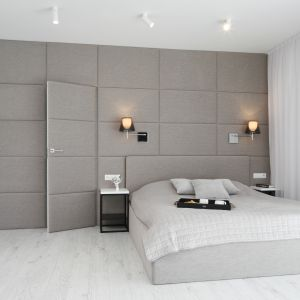 Urządzona w szarościach łazienka sąsiaduje bezpośrednio z sypialnią pani i pana domu, ale korzystają z niej na co dzień wszyscy domownicy. Projekt: Ewelina Pik, Maria Biegańska. Fot. Bartosz Jarosz