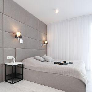 Kolorystka zastosowana w sypialni doskonale pasuje do tej, która znajduje się łazience, dzięki czemu całość tworzy spójną aranżację. Projekt: Ewelina Pik, Maria Biegańska. Fot. Bartosz Jarosz