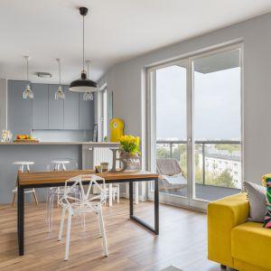 Przytulne, rodzinne wnętrze urządzone w nowoczesnym stylu. Projekt: Decoroom. Fot. Marta Behling / Pion Poziom