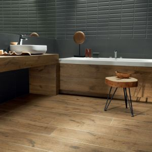 Kolekcja Wood Shed w formacie 30x75. Kolekcja Elementary, płytki Wood Shed Natural i Elementary Bar Grey. Fot. Tubądzin/Korzilius