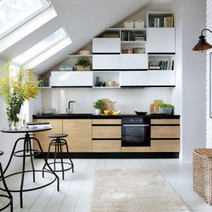 W nowoczesnej kuchni modne są otwarte półki. Fot. Black Red White