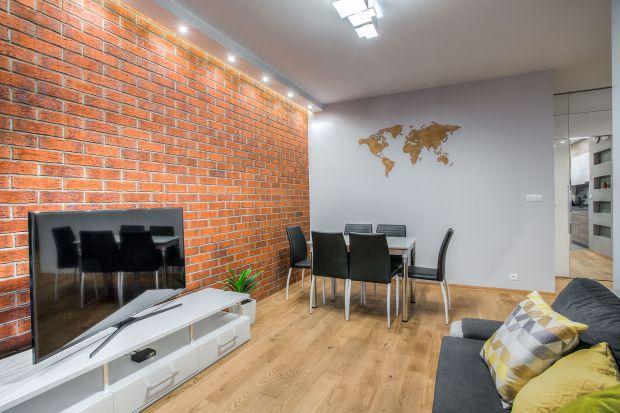 Mieszkanie dla mężczyzny - projekt z cegłą na ścianie